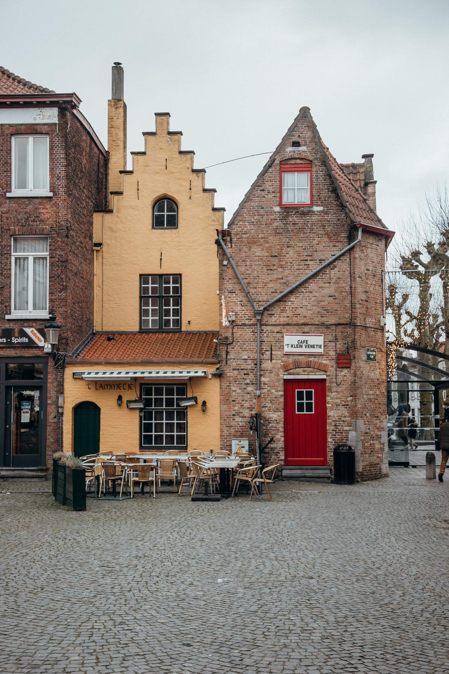 The lovely architecture in Bruges shown by the Huidenvettersplein