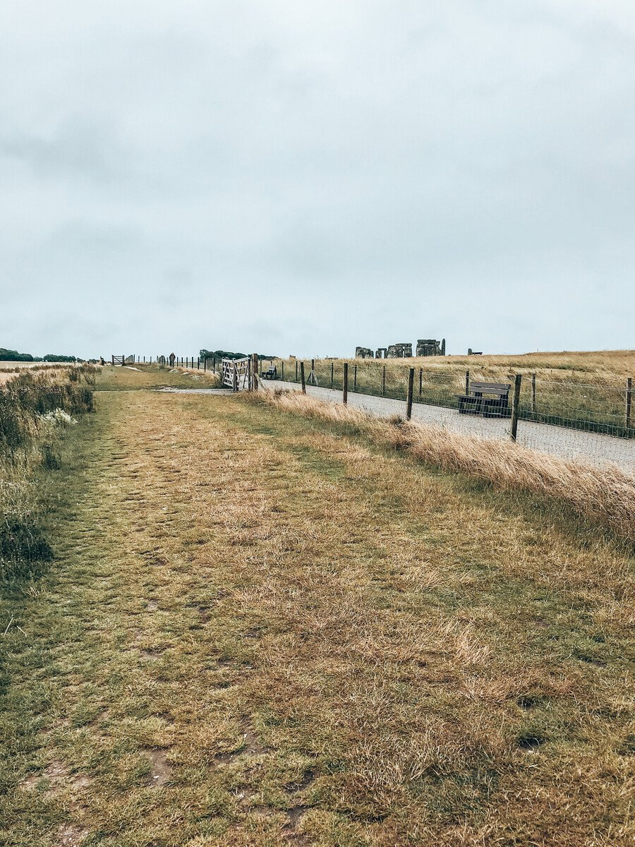 The free path next to the paid park during a free visit to stonehenge